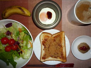 イチゴジャムシナモントースト,サラダ,目玉焼き,プチバーグ,バナナ,コーヒー