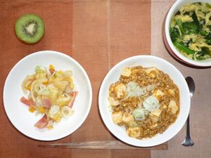 麻婆豆腐丼,ジャーマンポテト,ほうれん草と玉子のスープ,キウイフルーツ