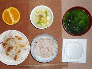 納豆ご飯,大根サラダ,白菜の漬物,ほうれん草のおみそ汁,オレンジ