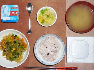 納豆ご飯,玉ねぎとミックスベジタブルのソテー,白菜の漬物,ワカメのみそ汁,ヨーグルト