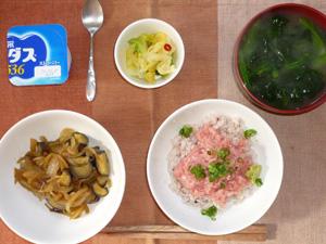 マグロ丼,茄子と玉ねぎの炒め物,白菜の漬物,ほうれん草のおみそ汁,ヨーグルト