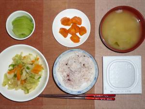 納豆ご飯,野菜炒め(塩麹),人参の生姜煮,玉ねぎのおみそ汁,キウイフルーツ
