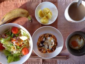 レーズンパン,サラダ,目玉焼き,蒸しジャガ,バナナ,コーヒー