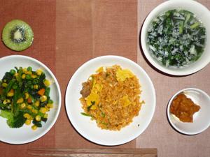 チャーハン,ほうれん草とミックスベジタブルのソテー,鶏肉の唐揚げ,ワカメスープ,キウイフルーツ