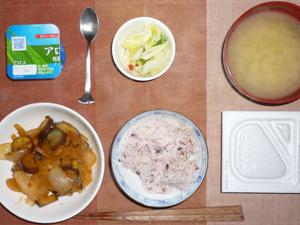納豆ご飯,茄子と玉ねぎのトマトソース煮込み,白菜の漬物,ヨーグルト,ワカメのみそ汁