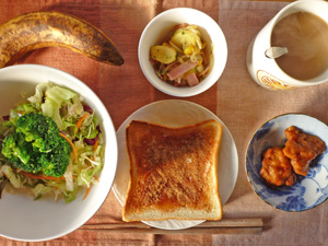 イチゴジャムトースト,サラダ,ジャーマンポテト,鶏の唐揚げ,バナナ,コーヒー