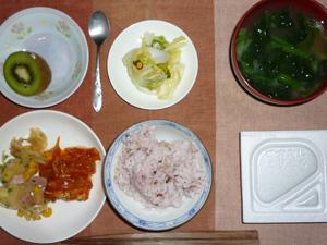 納豆ご飯,鶏肉のトマトソース煮込み,ジャーマンポテト,白菜の漬物,ほうれん草のおみそ汁,キウイフルーツ