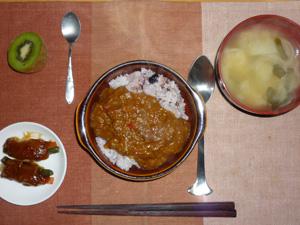 トマトカレーライス,肉巻き,玉ねぎのおみそ汁,キウイフルーツ