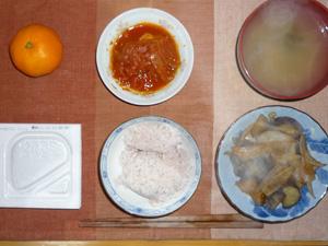 納豆ご飯,茄子と玉ねぎの蒸し煮,キャベツのトマト煮込み,ワカメのおみそ汁,ミカン