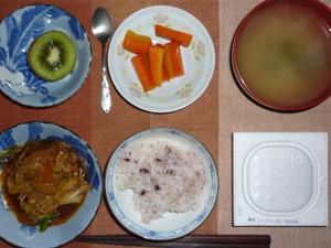 納豆ご飯,味噌煮込み野菜,人参のソテー,ワカメのおみそ汁,キウイフルーツ