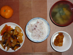 五穀米,鶏の唐揚げ,茄子と玉ねぎのトマトソース和え,人参のソテー,カボチャのおみそ汁,ミカン