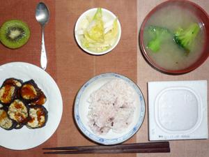 納豆ご飯,焼き茄子,漬物,ブロッコリーのおみそ汁,キウイフルーツ
