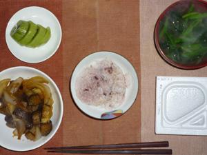 納豆ご飯,茄子と玉ねぎの炒め物,ほうれん草のみそ汁,キウイフルーツ