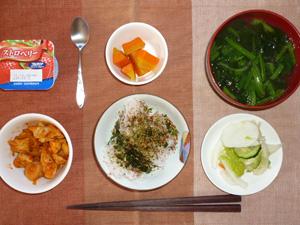ふりかけご飯,鶏のトマトソース煮,人参のソテー,漬物,ほうれん草のおみそ汁,ヨーグルト