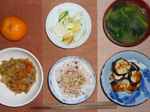 ふりかけご飯,肉じゃが,焼き茄子,漬物,ほうれん草のおみそ汁,ミカン