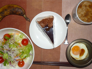 チョコレートケーキ,サラダ,目玉焼き,バナナ,コーヒー