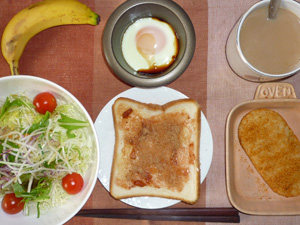 イチゴジャムトースト,サラダ,ハッシュドポテト,目玉焼き,バナナ