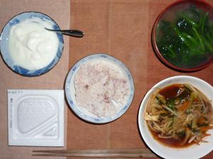 納豆ご飯,トマトソースの煮込み野菜,ほうれん草のおみそ汁,ヨーグルト