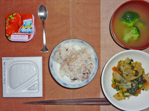 納豆ご飯,ほうれん草と玉ねぎとミックスベジタブルのソテー,ブロッコリーのおみそ汁,ヨーグルト