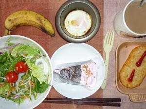 チョコレートケーキ,サラダ,ハッシュドポテト,目玉焼き,バナナ,コーヒー