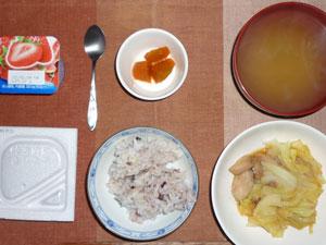 納豆ご飯,人参の煮物,鶏とキャベツの生姜煮,もやしのみそ汁,ヨーグルト