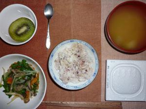 納豆ご飯,ニラともやしの炒め物,玉ねぎのおみそ汁,キウイフルーツ