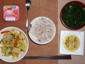 胚芽押麦入り五穀米,納豆,高野豆腐入り蒸し野菜炒め,ほうれん草のおみそ汁,ヨーグルト