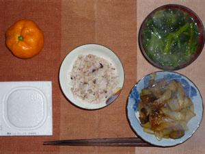 麦飯入り五穀米,納豆,茄子と玉ねぎの炒め物,ほうれん草のおみそ汁,みかん