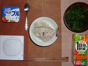 麦飯入り五穀米,納豆,野菜ジュース,ほうれん草のおみそ汁,ヨーグルト