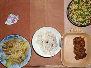 麦飯入り五穀米,鶏のパストラミ,もやしの野菜炒め,納豆汁,こんにゃくゼリー