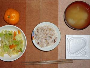 押麦入り五穀米,納豆,蒸し野菜,玉ねぎのみそ汁,みかん