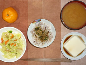 押麦入り五穀米,ふりかけ,蒸し野菜,温奴,豚汁,みかん