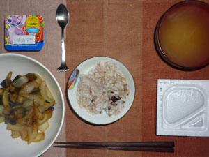 胚芽押麦入り五穀米,納豆,茄子と玉ねぎの炒め物,ワカメのおみそ汁,ヨーグルト