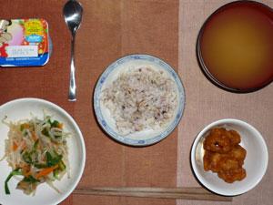 胚芽押麦入り五穀米,鶏の唐揚げ,ニラともやしの蒸し炒め,ワカメのおみそ汁,ヨーグルト