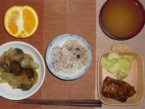 胚芽押麦入り五穀米,照り焼きチキン,蒸しジャガ,茄子と玉ねぎの蒸し炒め,ワカメのおみそ汁,オレンジ