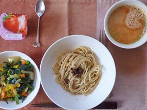 梅紫蘇スパゲッティ,ほうれん草と玉ねぎのソテー,トマトスープ,ヨーグルト