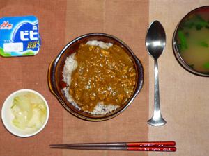 スパイシーキーマカレー(胚芽押麦入り五穀米),白菜の漬物,ほうれん草のおみそ汁,ヨーグルト