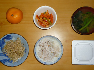 胚芽押麦入り五穀米,納豆,ひき肉ともやしの炒め物,鶏と野菜チリソース,ほうれん草のおみそ汁,みかん