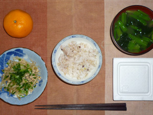 胚芽押麦入り五穀米,納豆,ひき肉ともやしの炒め物,ほうれん草のおみそ汁,みかん