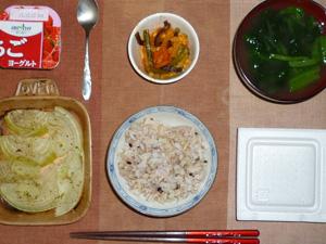 胚芽押麦入り五穀米,納豆,焼き玉葱,野菜炒め,ほうれん草のおみそ汁,ヨーグルト