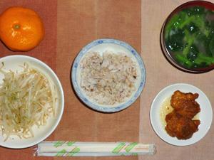 胚芽押麦入り五穀米,鶏の唐揚げ,蒸しもやし,ほうれん草のおみそ汁,みかん