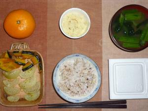 胚芽押麦入り五穀米,納豆,マッシュポテト,焼き野菜(カボチャ,玉葱),ほうれん草のおみそ汁,みかん