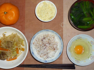 胚芽押麦入り五穀米,生卵,蒸し野菜,マッシュポテト,ほうれん草のおみそ汁,みかん