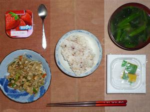 胚芽押麦入り五穀米,納豆,鶏と野菜のにんにく醤油炒め,ほうれん草のおみそ汁,ヨーグルト