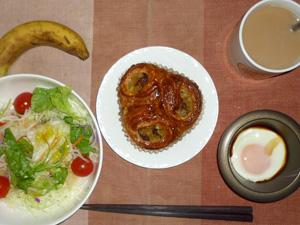 レーズンデニッシュ,サラダ,目玉焼き,バナナ,コーヒー