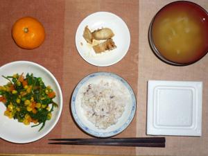 胚芽押麦入り五穀米,納豆,ほうれん草のソテー,若鶏ササミの塩麹焼き,玉葱のおみそ汁,みかん