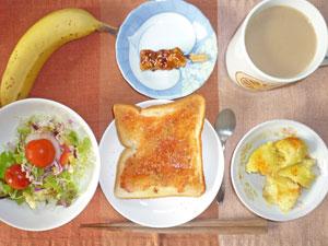 イチゴジャムトースト,サラダ,焼き鳥,蒸しジャガ,バナナ,コーヒー