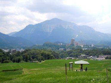 2011年 梅雨明けしたばかりの武甲山と棚田