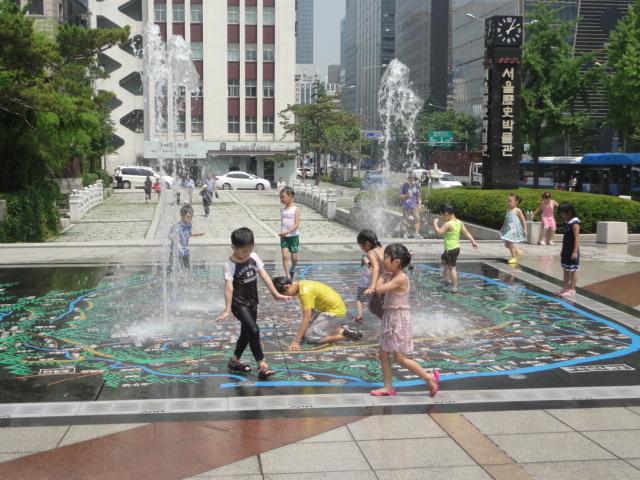 2013年7月 歴史博物館前 噴水で遊ぶ子ども