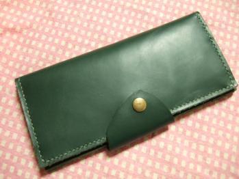 ダーググリーンの長財布